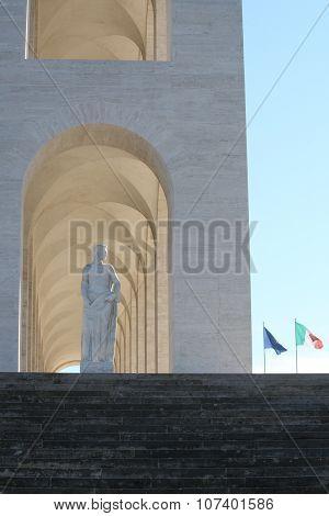 Statue e bandiere
