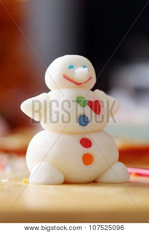 Making snowman from sugar mastic