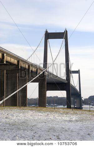 Puente colgante y nieve