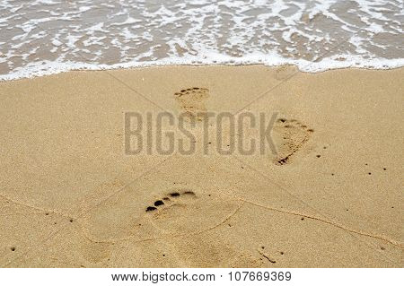 sea flow to foot printed on the beach
