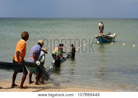 Trincomalee, Sri Lanka 2012-08-11: Fishing team