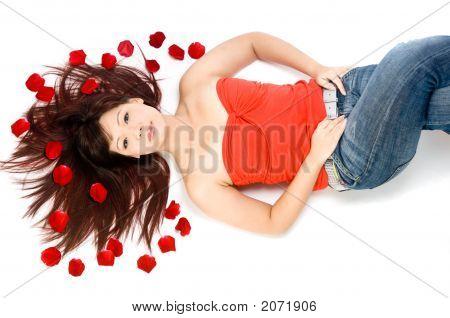 Mädchen und Rosenblüten