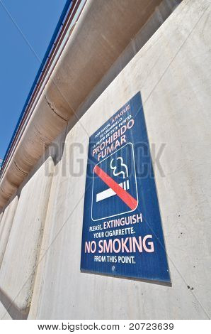 "the sign ""no smoking""in Spanish and English"