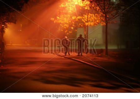 Nacht nebligen Straße