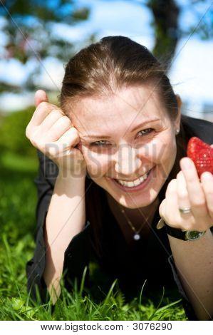 Menina bonita comer vermelho Frash morango verde