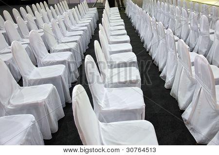 weiße Stuhlreihen