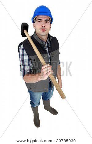 artesano con un martillo en su hombro