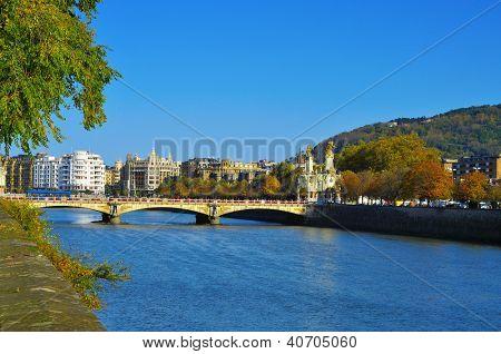 Aussicht auf Maria Cristina Brücke und Urumea Fluss in San Sebastian, Spanien, im Herbst