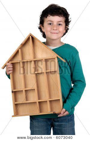 Adorable niño con casa de madera