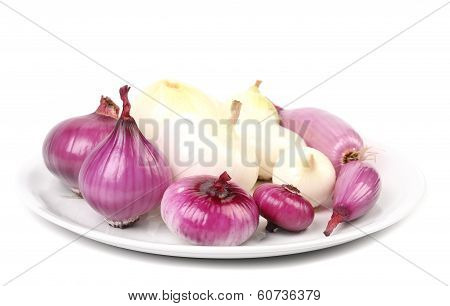 Wiew of different onions on a plate.