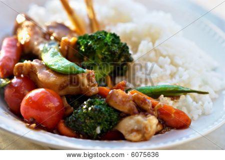 Rühren gebraten Gemüse und Huhn