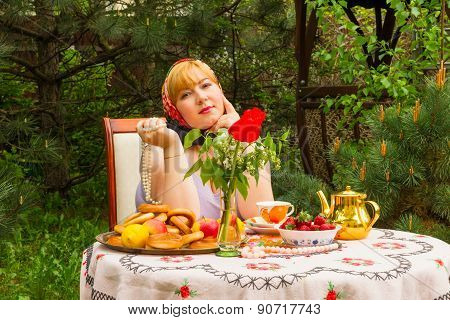 Beautiful Russian Girl With A Curvaceous, Rosy And Happy Sitting At A Table With Treats - Drying, Ba