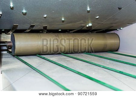 Roller conveyor with belts