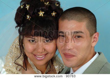 El novio y la novia feliz