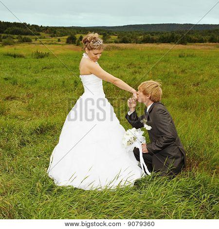 Bräutigam, in der Nähe von Braut Knie beugen