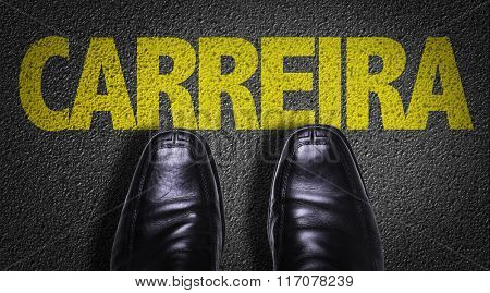 Top View of Business Shoes on the floor with the text: Career (in Portuguese)