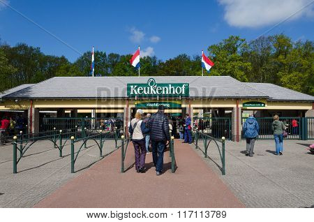 Lisse, Netherlands - May 7, 2015: Tourists At The Entrance Into The Keukenhof Garden