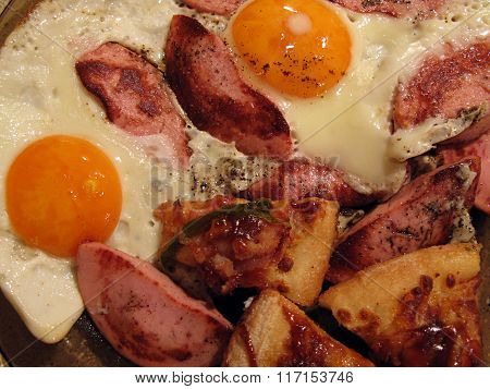 Eggs fried with sausages and pepper