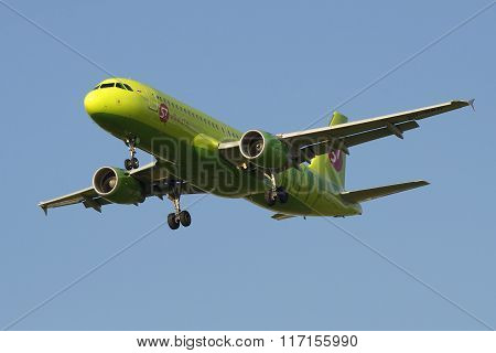 Airplane Airbus A320-214 (VQ-BRT) Company S7 (Siberia Airlines) landing