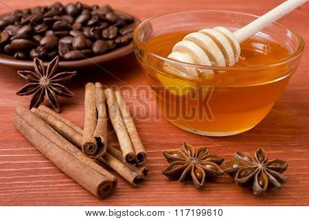 Wooden Honey Stick With Cinnamon Sticks