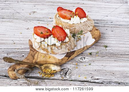 Crostini with goat cheese and strawberries
