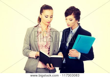 Two businesswomans discussing with eachother.