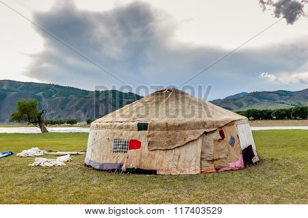 Contructing Mongolian Yurt