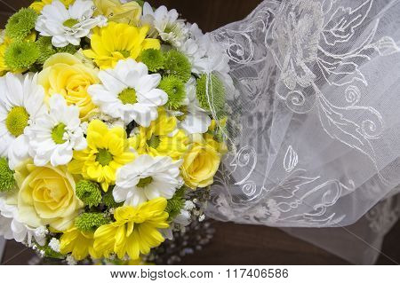 Bride's bouquet in yellow and white colors