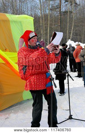 Gatchina, Leningrad region, RUSSIA - March 5, 2011: Maslenitsa. Skomorokh invites people