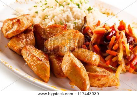 Roasted chicken nuggets, white rice and vegetables