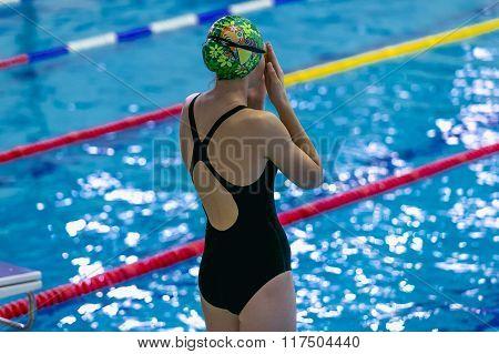 girl is preparing for swimming