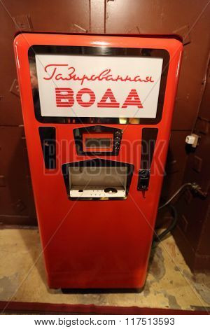 Retro machine for dispensing carbonated water