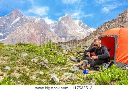 Traveling man eating meal