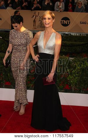 LOS ANGELES - JAN 30:  Julie Bowen at the 22nd Screen Actors Guild Awards at the Shrine Auditorium on January 30, 2016 in Los Angeles, CA