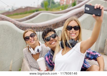 Make selfie photos with friends