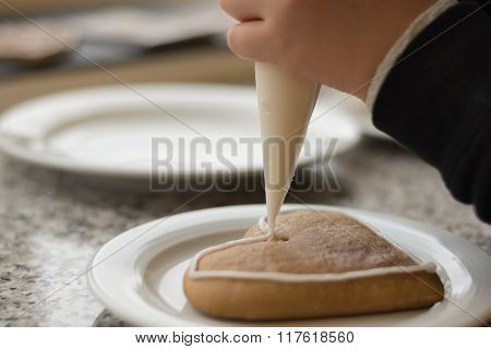 Decorate Gingerbread With Icing