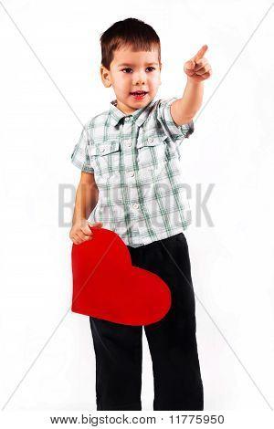Menino prende um coração vermelho grande feriado dia dos Namorados.