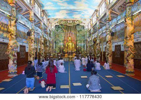 Prayer in the temple Linh Phuoc. Trai Mit, Vietnam