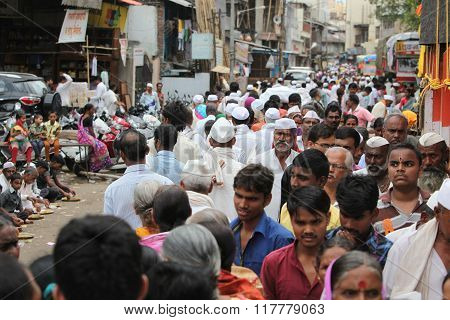 Pune, India  - ?july 11, ?2015: Thousands Of People Throng To A Pilgrimmage In India During The Wari