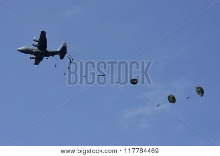 Parabats dropping from a Hercules