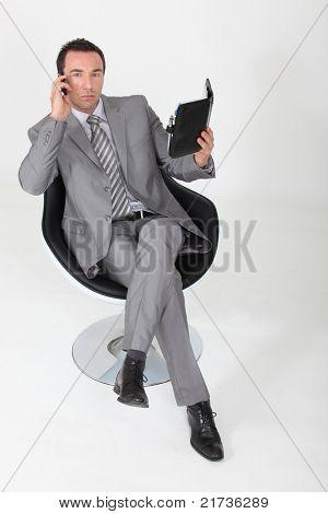 Hombre hacer una cita en su agenda