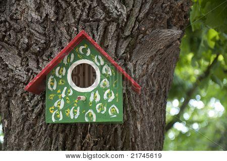 Hausgemachte Bright farbigen Vogelhaus.