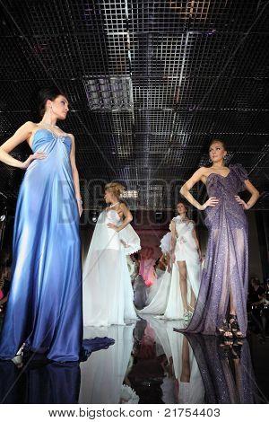 Moscú - el 14 de febrero: Modelos desgaste vestido paseos pasarela de noche de moda francesa en jewelr