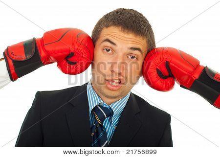 Getreten von zwei Boxhandschuhe