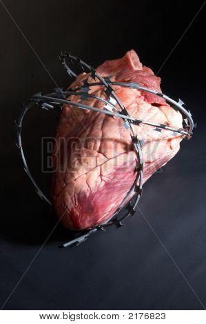 Herzen gewickelt Stacheldraht.