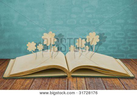 Paper cut of Four leaf clover