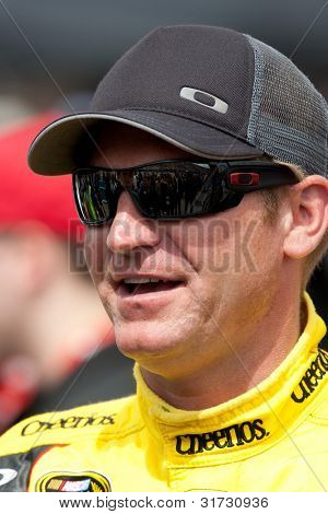 FONTANA, c. - 27 de março: driver de Clint Bowyer do Cheerios / carro de Hamburger Helper #33 antes o N