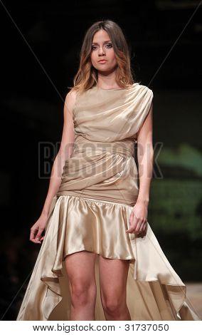 """Zagreb, Kroatien März 23: Fotomodell trägt Kleidung von Monika sablic """"Cro a Porter"""" Show"""