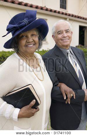 Altes Paar am Sonntag in die Kirche gehen