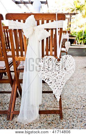 Cadeiras de casamento com decoração de coração